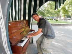 eriwan-mitten-in-einem-park-ein-klavier