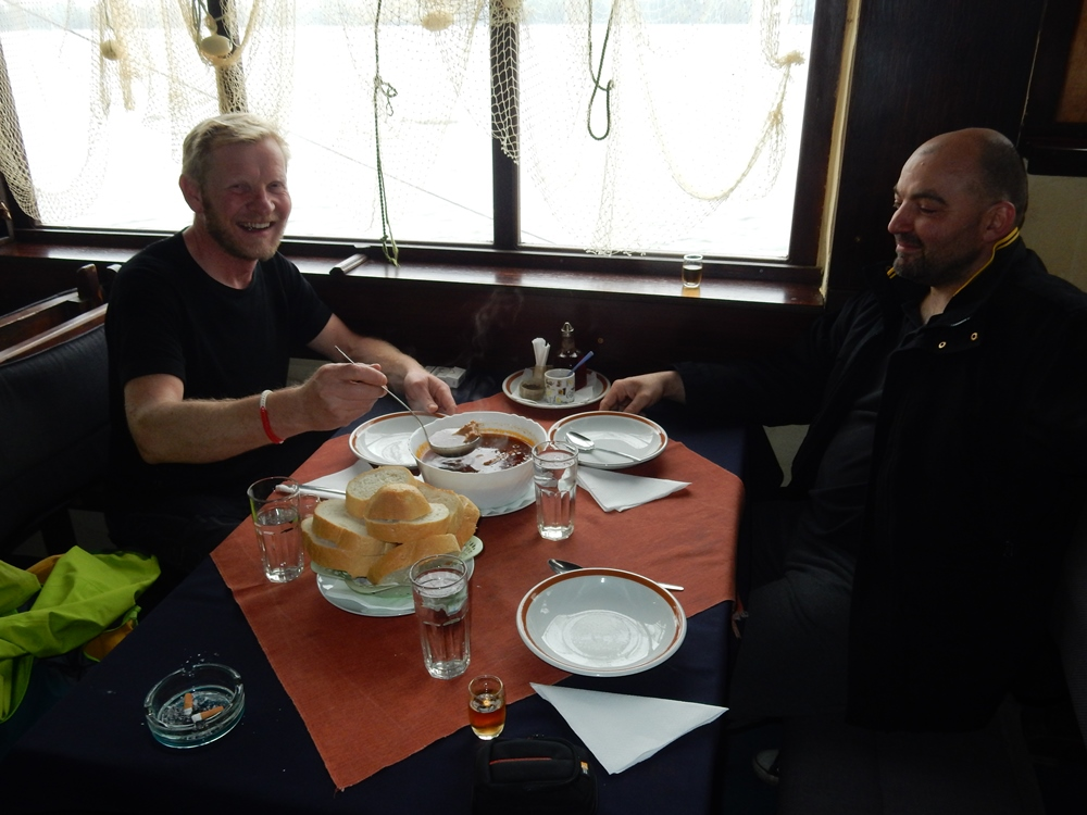 belgrad-in-einem-kleinen-lokal-fischsuppe-essen