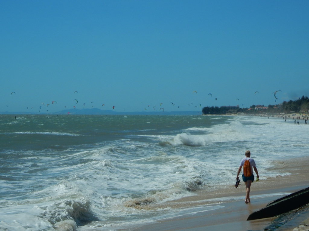mui-ne-mit-hunderten-kite-surfer