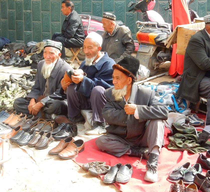 Kashgar Bazar 6 Schuhverkaeufer
