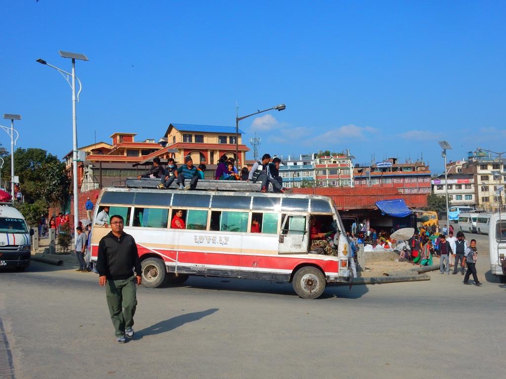 Kathmandu, man faehrt auf dem Busdach